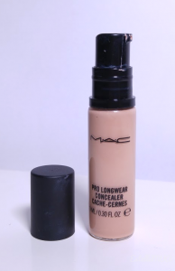 Pump of the Mac concealer Pro Longwear on shade NW20